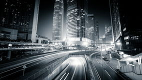 Opinión de la noche del tráfico de ciudad moderno a través de la calle Lapso de tiempo Hon Kong almacen de video