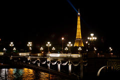 Opinión de la noche del viaje Eiffel Fotografía de archivo libre de regalías