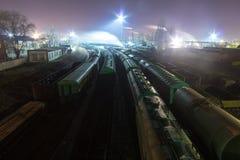 Opinión de la noche desde arriba sobre el ferrocarril Trenes de la materia, carros de la carga y cisternas Imagenes de archivo