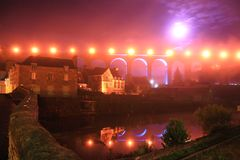 Opinión de la noche de Dinan en el río de Rance Imagen de archivo libre de regalías