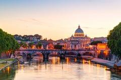 Opinión de la noche en la catedral de San Pedro en Roma Fotografía de archivo libre de regalías