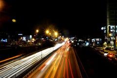 Opinión de la noche en tráfico Imagenes de archivo