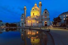 Opinión de la noche de la iglesia famosa del ` s de St Charles en Viena Austria Foto de archivo