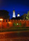 Opinión de la noche la pared y el Ivan del Kremlin el gran campanario Fotos de archivo libres de regalías