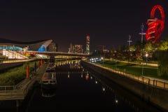 Opinión de la noche la reina Elizabeth Olympic Park, Londres Reino Unido Foto de archivo libre de regalías