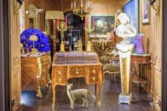 Opinión de la noche a los muebles reales clásicos con los ornamentos en un museo Fotos de archivo