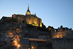 Opinión de la noche Mont-Santo-Miguel en Francia Fotos de archivo