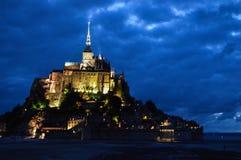 Opinión de la noche Mont-Santo-Miguel en Francia Imagen de archivo