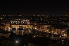 Opinión de la noche de Ponte Vecchio en el río de Arno imagen de archivo libre de regalías