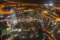 Opinión de la noche sobre abajo la ciudad de la ciudad de Dubai Imagenes de archivo