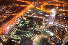Opinión de la noche sobre abajo la ciudad de la ciudad y de la alameda de Dubai Foto de archivo libre de regalías