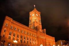 Opinión de la noche sobre ayuntamiento rojo en Berlín Foto de archivo