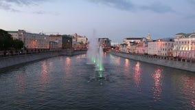 Opinión de la noche sobre el canal y las fuentes del dren cerca del puente de Luzhkov Tretyakov, Moscú, Rusia almacen de video