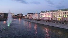 Opinión de la noche sobre el canal y las fuentes del dren cerca del puente de Luzhkov Tretyakov, Moscú, Rusia metrajes