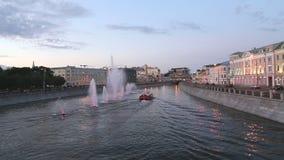 Opinión de la noche sobre el canal y las fuentes, Moscú, Rusia del dren almacen de video