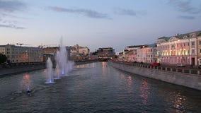 Opinión de la noche sobre el canal y las fuentes, Moscú, Rusia del dren metrajes