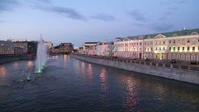 Opinión de la noche sobre el canal y las fuentes, Moscú, Rusia del dren almacen de metraje de vídeo