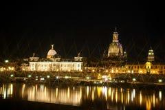 Opinión de la noche sobre el centro histórico de Dresden Imagen de archivo