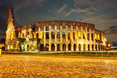 Opinión de la noche sobre el Colosseum en Roma foto de archivo