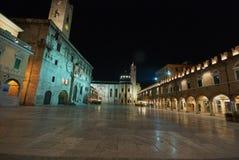 Opinión de la noche sobre el cuadrado principal de Ascoli Piceno, él Fotos de archivo libres de regalías