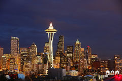 Opinión de la noche sobre el horizonte de Seattle con la torre del espacio Foto de archivo libre de regalías