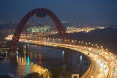Opinión de la noche sobre el puente de Zhivopisny Fotografía de archivo