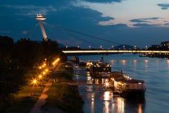 Opinión de la noche sobre el puente en Bratislava, Eslovaquia Fotos de archivo libres de regalías