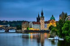 Opinión de la noche sobre el río, Charles Bridge y la torre de Moldava en Praga, República Checa Fotos de archivo libres de regalías