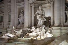 Opinión de la noche sobre fontana di trevi en italiano de Roma: Fontana di Tr Fotografía de archivo