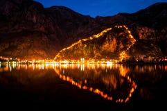 Opinión de la noche sobre Kotor fotos de archivo