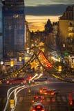 Opinión de la noche sobre Kungsgatan, una calle central de Estocolmo, adornada con las luces de la Navidad durante vacaciones, pu Fotos de archivo libres de regalías