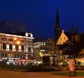 Opinión de la noche sobre la ciudad vieja de Riga, Latvia Foto de archivo libre de regalías