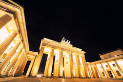 Opinión de la noche sobre las puertas de Brandeburgo de Pariser Platz Foto de archivo libre de regalías
