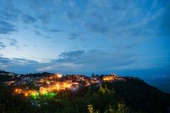 Opinión de la noche sobre Signagi, Georgia fotografía de archivo