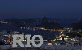 Opinión de la noche Sugar Loaf Mountain, Rio de Janeiro, el Brasil Fotografía de archivo libre de regalías