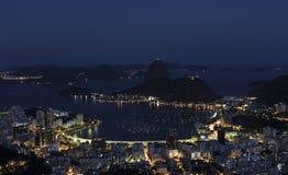 Opinión de la noche Sugar Loaf Mountain, Rio de Janeiro, el Brasil fotografía de archivo