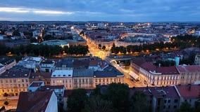 Opinión de la noche de la torre blanca en el Hradec Kralove Fotos de archivo libres de regalías