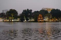 Opinión de la noche de la torre de la torre o de la tortuga de la tortuga que está situada en el medio del lago Hoan Kiem fotografía de archivo libre de regalías