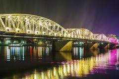 Opinión de la noche Truong Tien Bridge en tonalidad foto de archivo