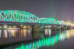 Opinión de la noche Truong Tien Bridge en tonalidad fotografía de archivo