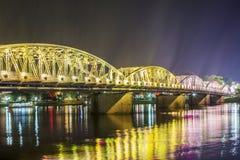 Opinión de la noche Truong Tien Bridge en tonalidad imágenes de archivo libres de regalías