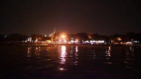 Opinión de la noche de Wat Phrakeaw o del templo de Emerald Buddha del río Chao Phraya en Bangkok almacen de video