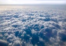Opinión de la nube del avión, del viaje y de los vuelos en avión imágenes de archivo libres de regalías