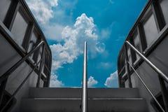 Opinión de la nube y de cielo azul de la cubierta del barco fotos de archivo libres de regalías