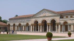 Opinión de la ojeada de Palazzo Te en el canal de Mantua las barras de puerta metrajes