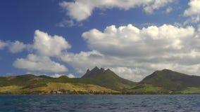 Opinión de la orilla del agua Mauritius Island verde con las montañas almacen de metraje de vídeo