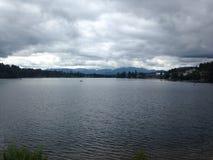 Opinión de la orilla del lago Fotografía de archivo