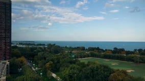 Opinión de la orilla del lago en Lincoln Park, Chicago, los E.E.U.U. Impulsión y el lago Michigan de la orilla del lago metrajes