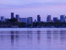 Opinión de la orilla del lago del horizonte de Rotterdam en la oscuridad fotos de archivo libres de regalías