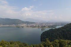 Opinión de la orilla del lago y de Fewa Tal de Pokhara foto de archivo libre de regalías